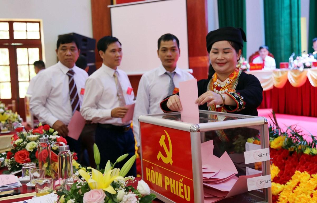Các đại biểu bỏ phiếu bầu Ban Chấp hành Đảng bộ huyện Bình Gia, nhiệm kỳ 2020-2025. (Ảnh: Thái Thuần/TTXVN)