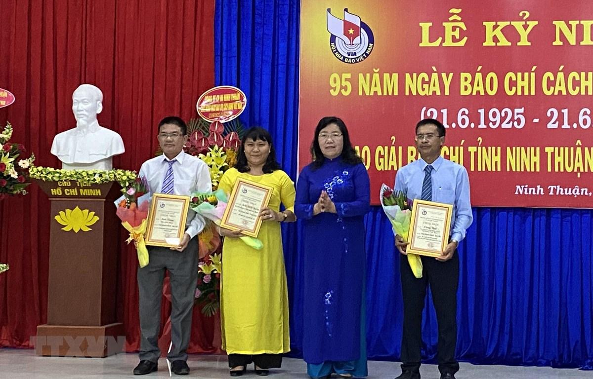 Lãnh đạo Hội Nhà báo tỉnh Ninh Thuận trao giải cho các tác giải đạt giải báo chí tỉnh Ninh Thuận lần thứ XIII năm 2019. (Ảnh: Công Thử/TTXVN)