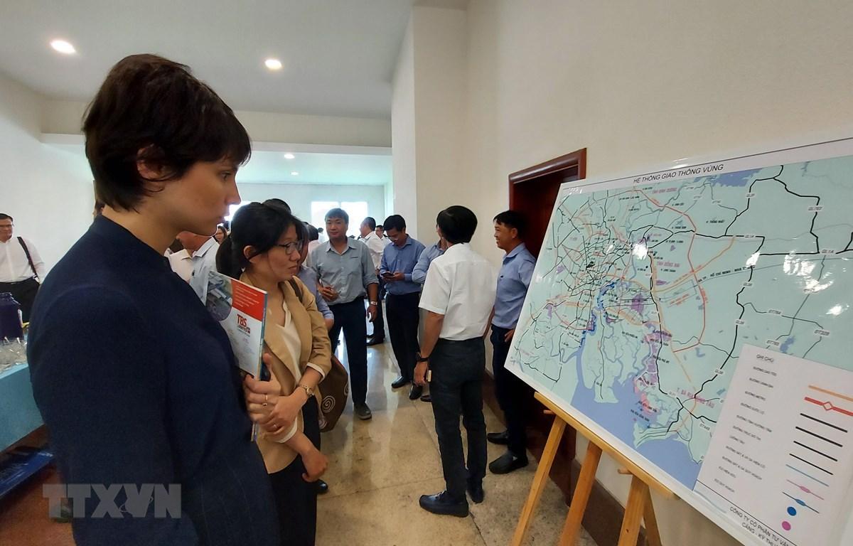 Đại biểu tham quan bản đồ về hệ thống giao thông kết nối vùng kinh tế trong điểm phía Nam. (Ảnh: Huỳnh Ngọc Sơn/TTXVN)