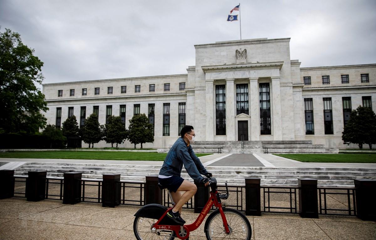 Người dân đi ngang qua trụ sở Ngân hàng Dự trữ Liên bang Mỹ (Fed) ở Washington, DC. (Ảnh: THX/TTXVN)