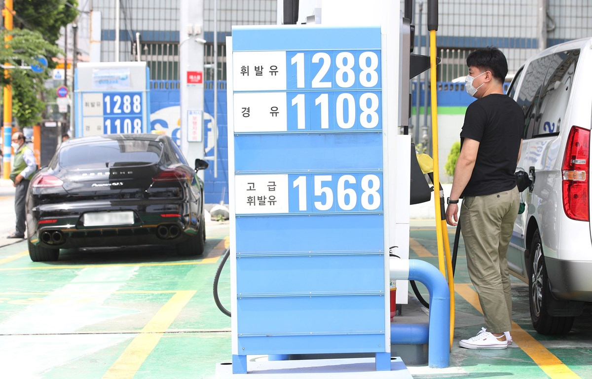 Giá xăng dầu được niêm yết tại trạm xăng ở Seoul, Hàn Quốc. (Ảnh: Yonhap/ TTXVN)