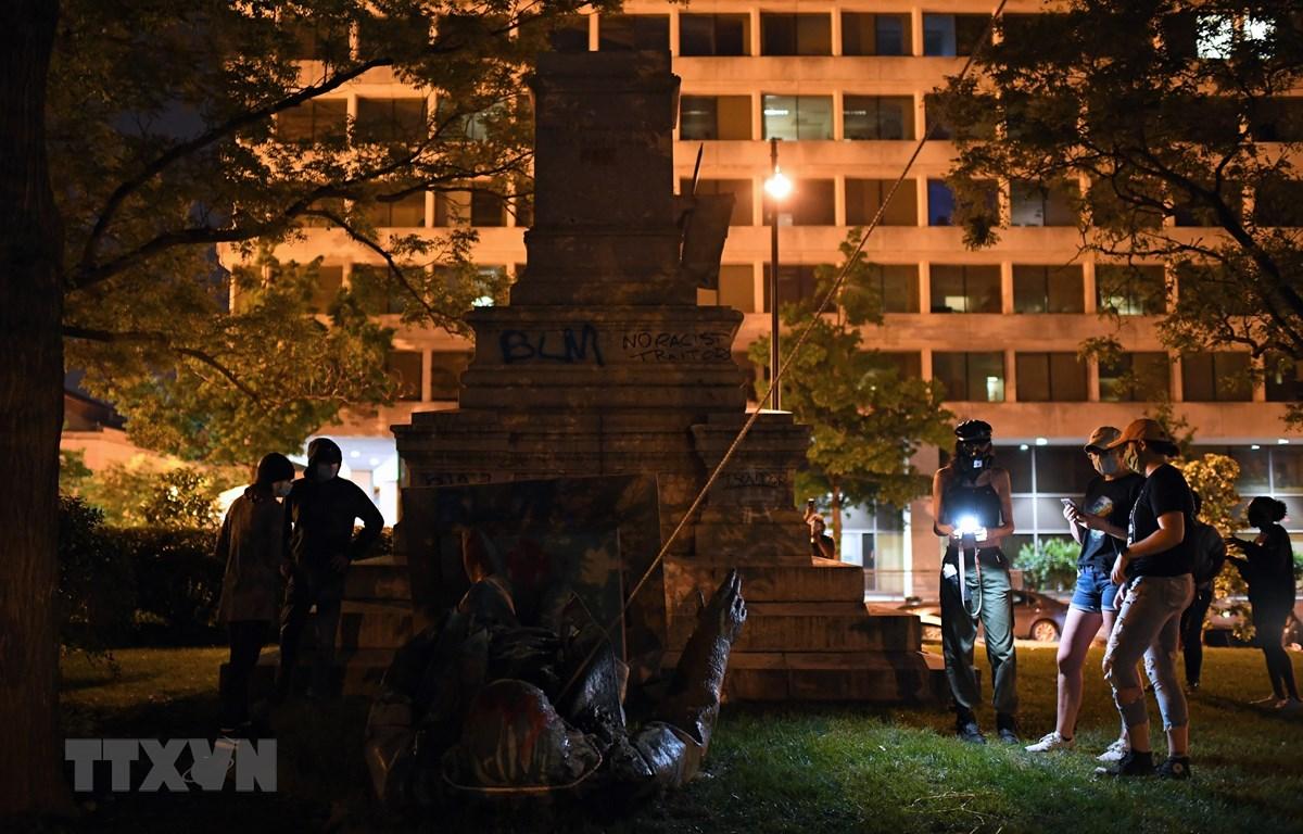 Tượng Tướng Albert Pike bị người biểu tình kéo đổ tại Wahsington, DC, Mỹ, tối 19/6/2020. (Ảnh: AFP/TTXVN)