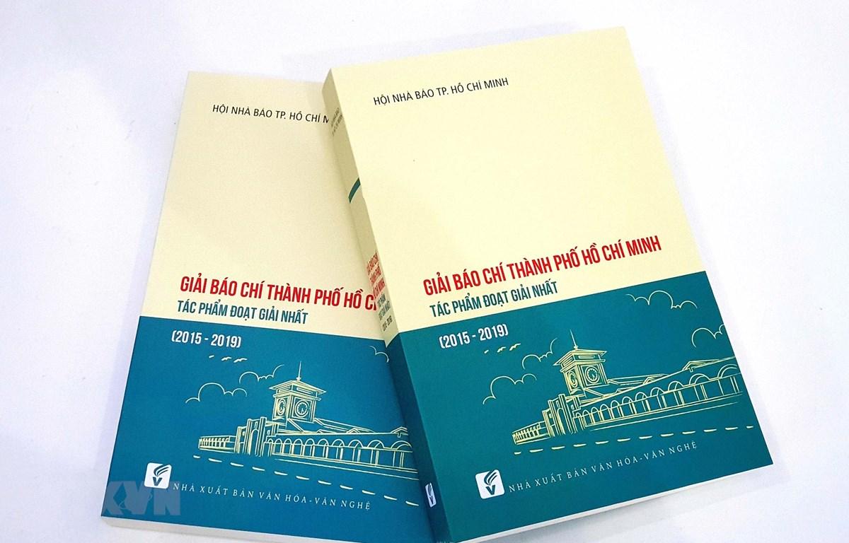 """Tập sách """"Giải báo chí Thành phố Hồ Chí Minh"""". (Ảnh: Thanh Vũ/TTXVN)"""