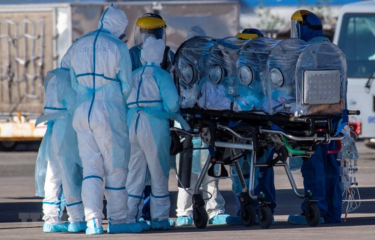 Nhân viên y tế chuyển bệnh nhân COVID-19 tới bệnh viện tại Santiago, Chile, ngày 24/5/2020. (Ảnh: AFP/TTXVN)