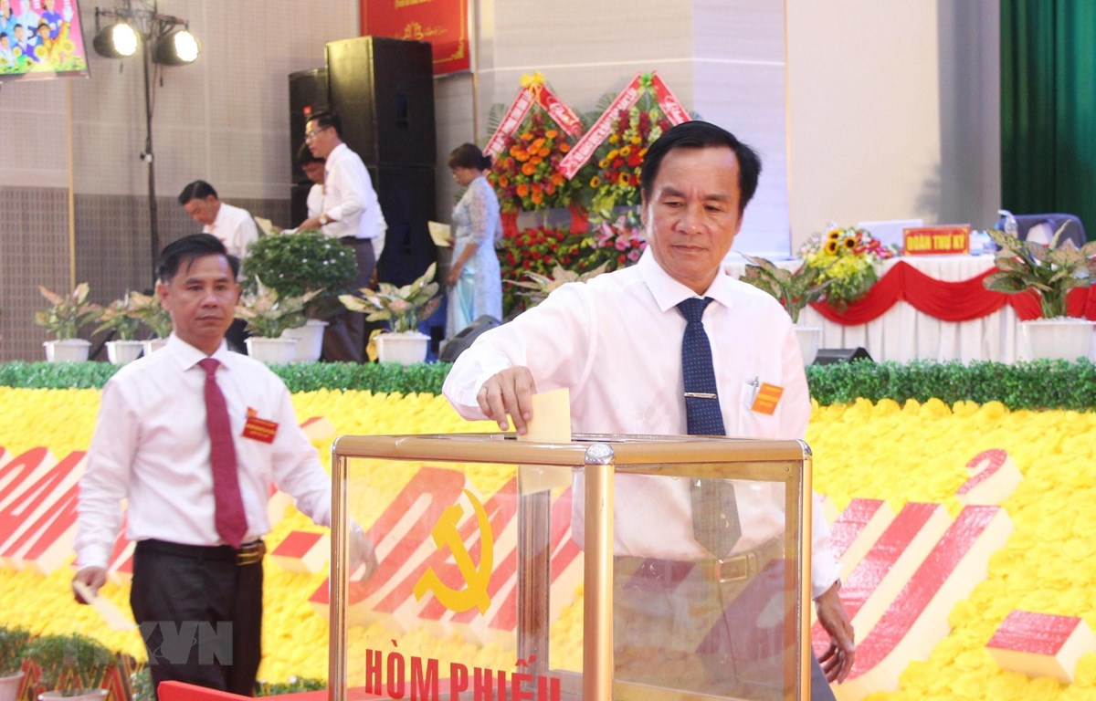 Đại biểu bỏ phiếu bầu Bí thư Huyện ủy Cư Kuin nhiệm kỳ 2020-2025. (Ảnh: Hoài Thu/TTXVN)