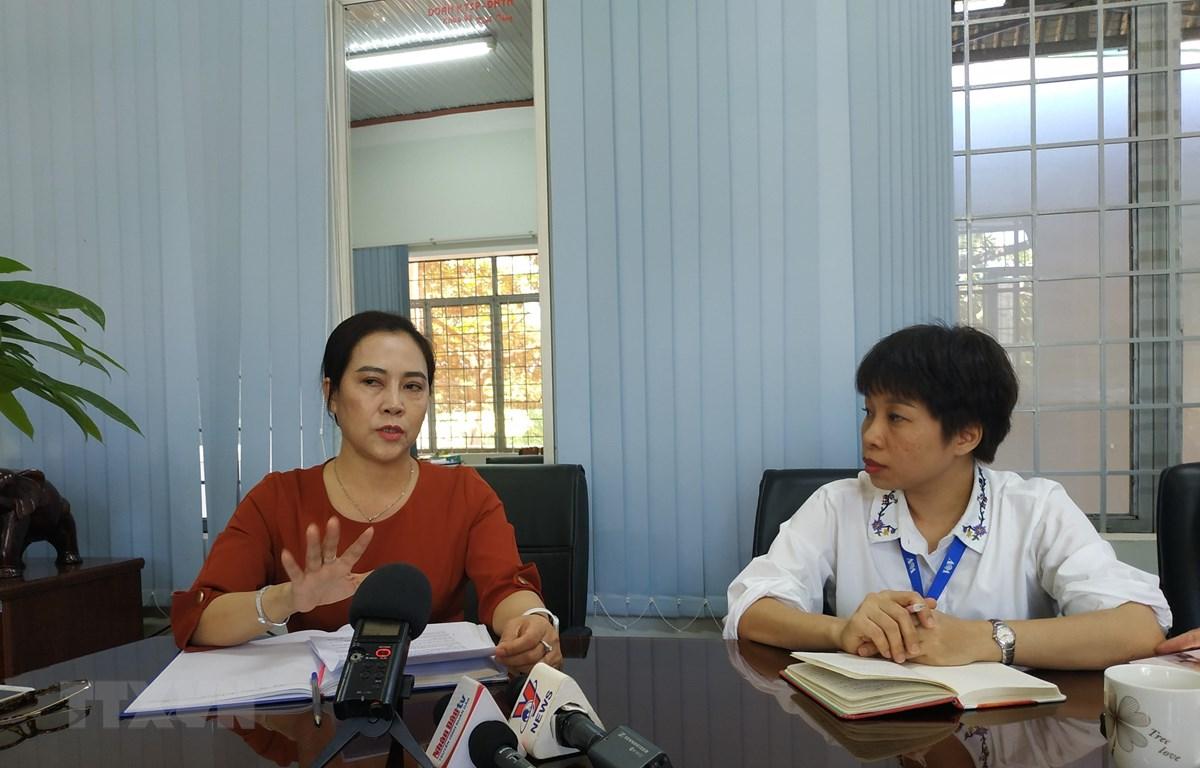 Bà Huỳnh Thị Kim Huệ (bên trái), Hiệu trưởng Trường Trung học phổ thông Chu Văn An trao đổi với phóng viên. (Ảnh: Tuấn Anh/TTXVN)