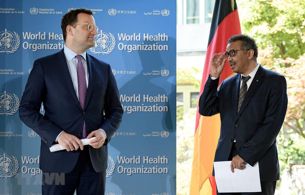 Bộ trưởng Y tế Đức Jens Spahn (trái) và Tổng giám đốc WHO Tedros Adhanom Ghebreyesus (phải) tại cuộc họp báo ở Geneva, Thụy Sỹ ngày 25/6/2020. (Ảnh: AFP/TTXVN)