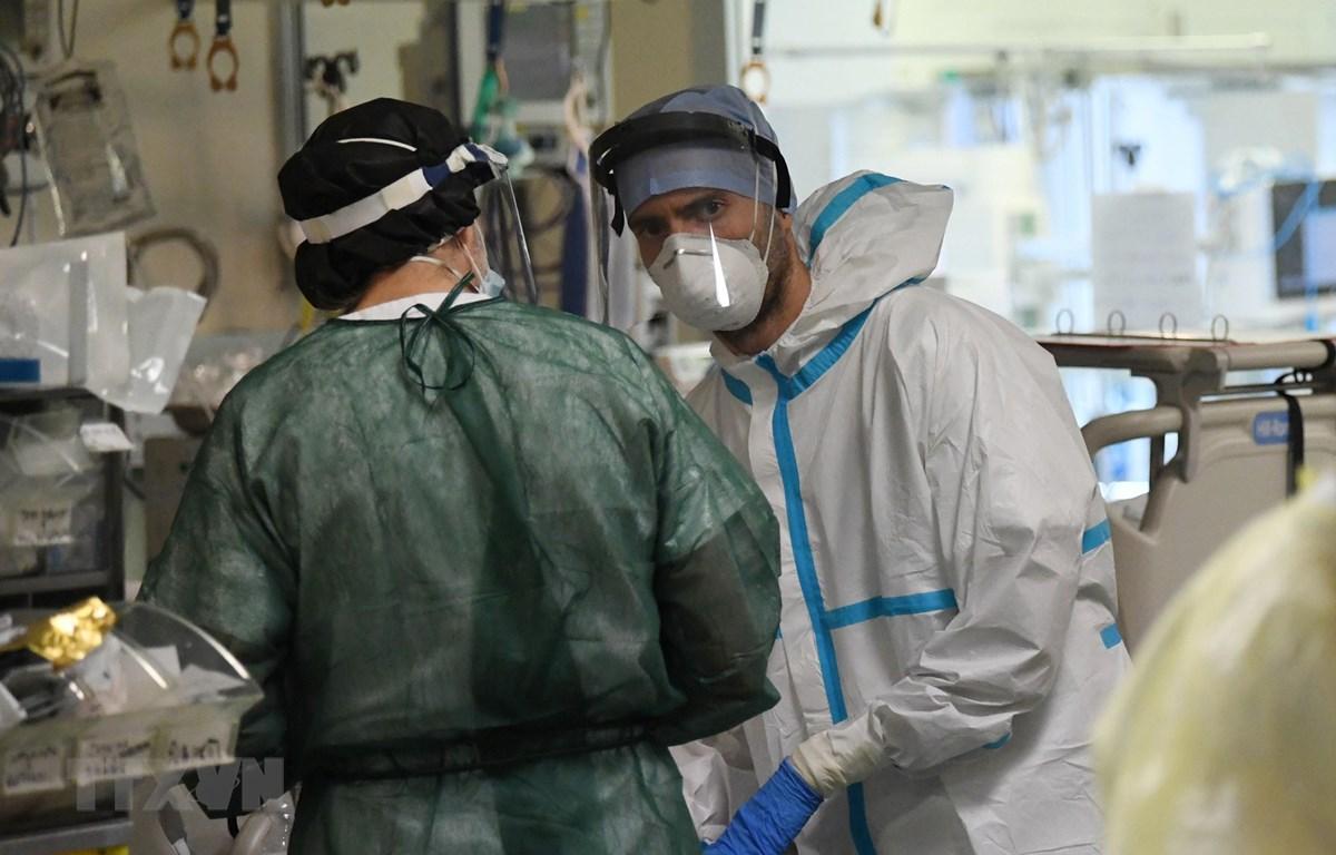 Nhân viên y tế làm việc tại bệnh viện điều trị cho bệnh nhân COVID-19 ở Bologna, Italy ngày 29/4/2020. (Ảnh: THX/TTXVN)