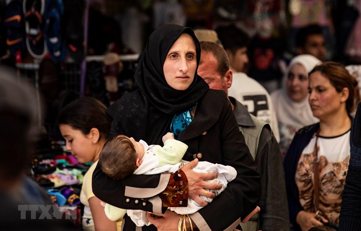 Người dân mua sắm tại một khu chợ ở tỉnh Hasakeh, Syria ngày 12/5/2020. (Ảnh: AFP/TTXVN)