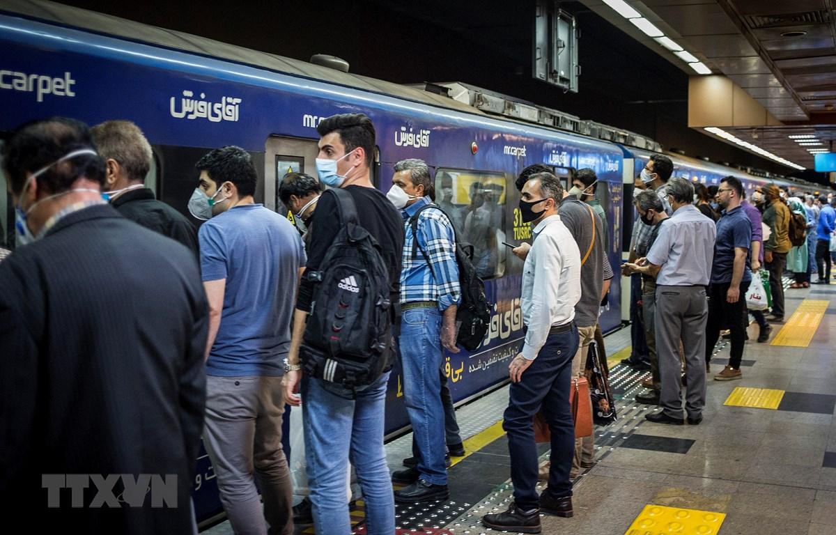 Người dân đeo khẩu trang phòng lây nhiễm COVID-19 tại ga tàu điện ngầm ở Tehran, Iran, ngày 30/5/2020. (Ảnh: THX/TTXVN)