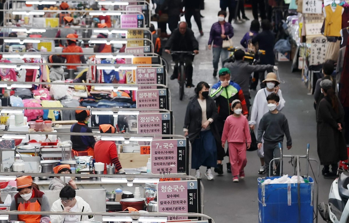 Người dân mua hàng hóa tại một khu chợ ở Daegu, Hàn Quốc. (Ảnh: THX/TTXVN)