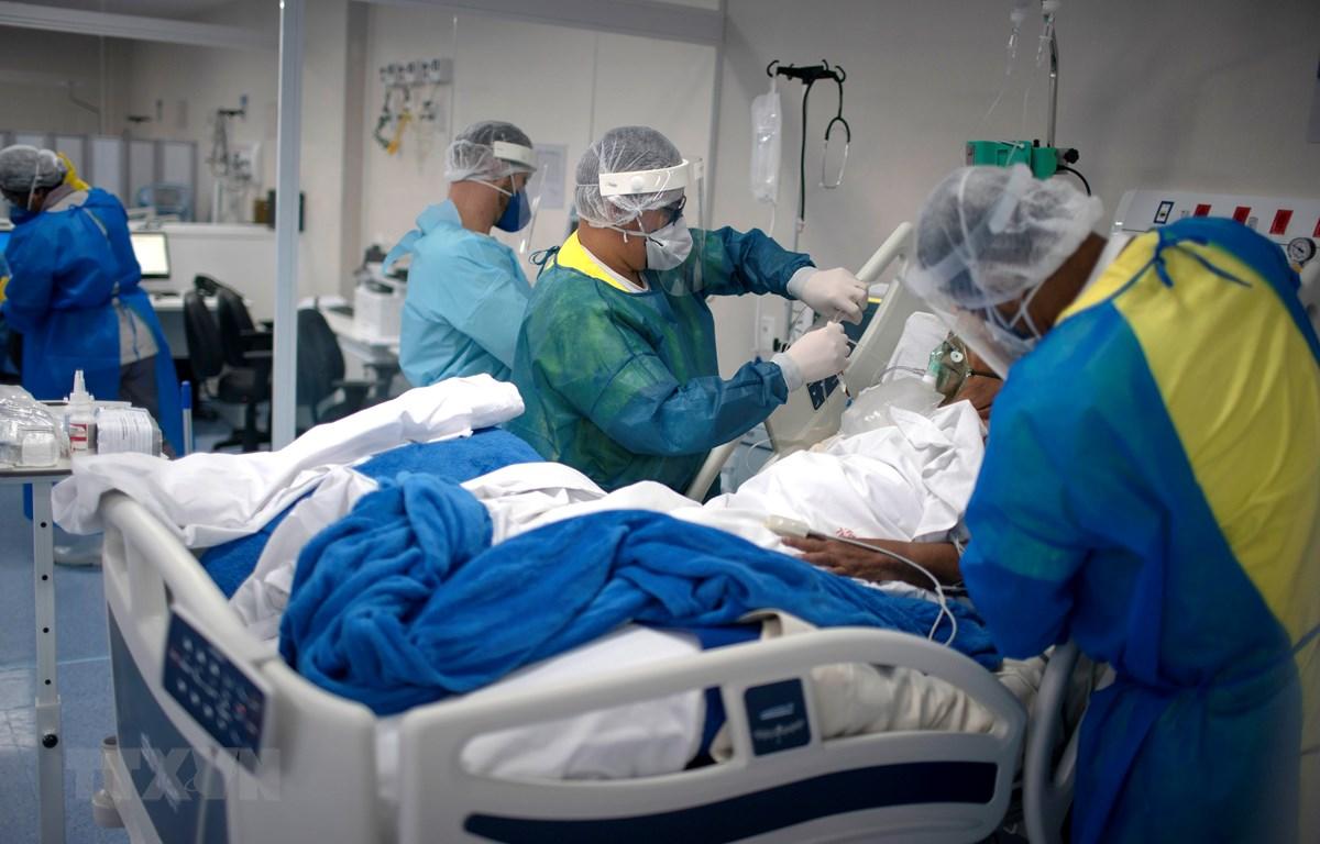 Nhân viên y tế chăm sóc bệnh nhân COVID-19 tại bệnh viện ở Marica, bang Rio de Janeiro, Brazil, ngày 6/6/2020. (Ảnh: AFP/TTXVN)