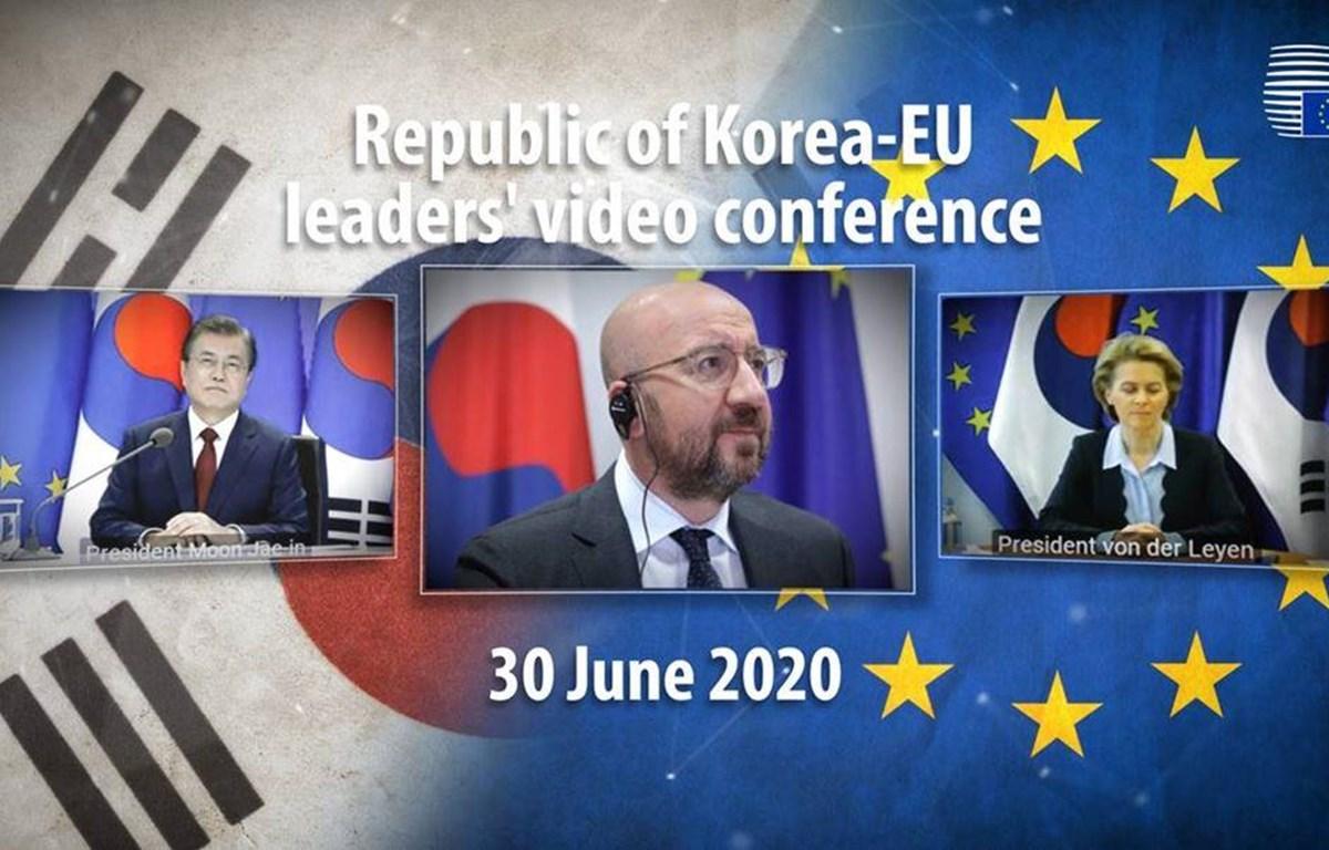 Tổng thống Hàn Quốc Moon Jae-in, Chủ tịch Hội đồng EU Charles Michel và Chủ tịch Ủy ban châu Âu (EC) Ursula von der Leyen trong hội nghị trực tuyến. (Nguồn: consilium.europa.eu)