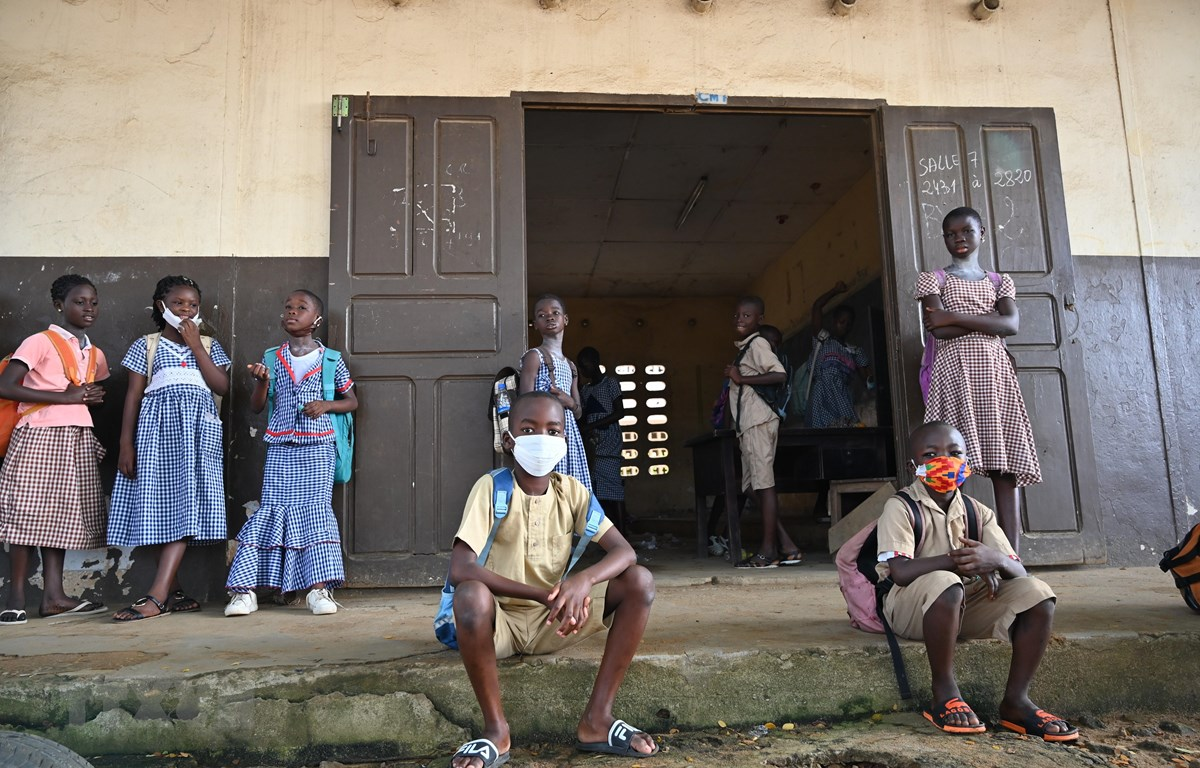 Trẻ em đeo khẩu trang phòng lây nhiễm COVID-19 tại một trường học ở Abidjan, Bờ Biển Ngà, ngày 25/5/2020. (Ảnh: AFP/TTXVN)