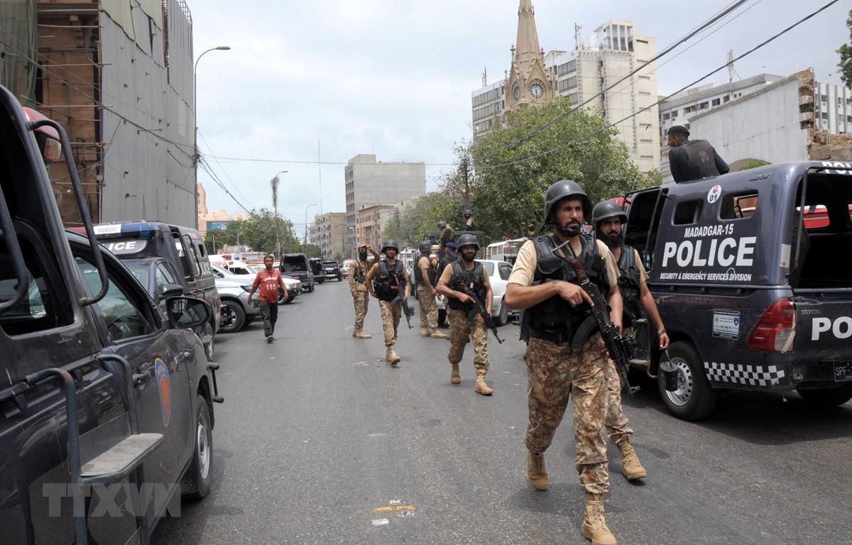 Nhân viên an ninh phong tỏa hiện trường vụ tấn công nhằm vào Sở giao dịch chứng khoán Pakistan tại Karachi, Pakistan ngày 29/6/2020. (Ảnh: THX/TTXVN)