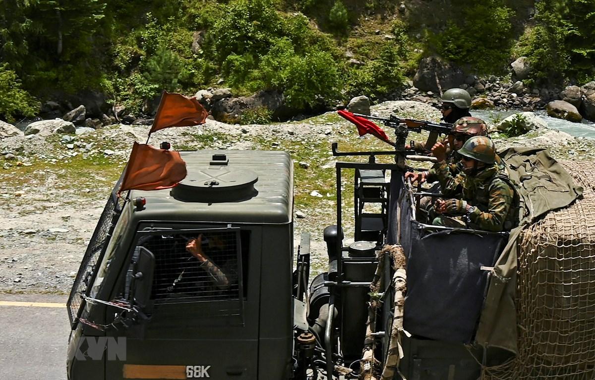 Binh sỹ Ấn Độ tuần tra tại Gagangir, khu vực biên giới giữa Ấn Độ và Trung Quốc, ngày 17/6/2020. (Ảnh: AFP/TTXVN)