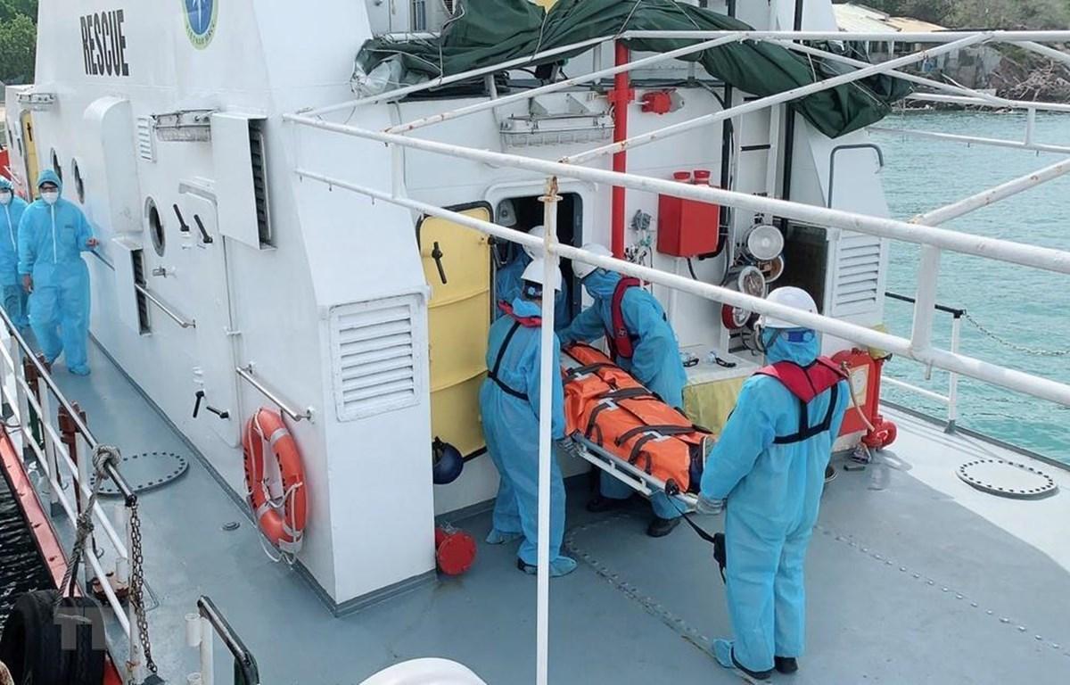 Bệnh nhân Kaidalov Oleksandr được lực lượng cứu hộ đưa từ tàu SAR27-01 lên bờ sau khi cập cảng Nha Trang an toàn. (Ảnh: TTXVN)