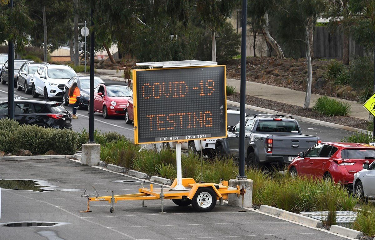 Các phương tiện xếp hàng tại một điểm xét nghiệm COVID-19 ở Melbourne, Australia ngày 23/6/2020. (Ảnh: AFP/TTXVN)