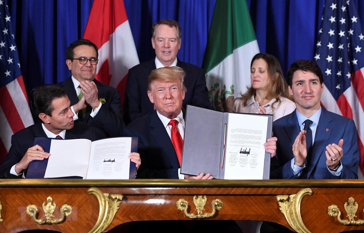 (Từ trái sang): Ông Enrique Pena Nieto (khi đang đương chức Tổng thống Mexico), Tổng thống Mỹ Donald Trump và Thủ tướng Canada Justin Trudeau ký Hiệp định thương mại Mỹ-Mexico-Canada (USMCA) tại Buenos Aires, Argentina ngày 30/11/2018. (Ảnh: AFP/TTXVN)