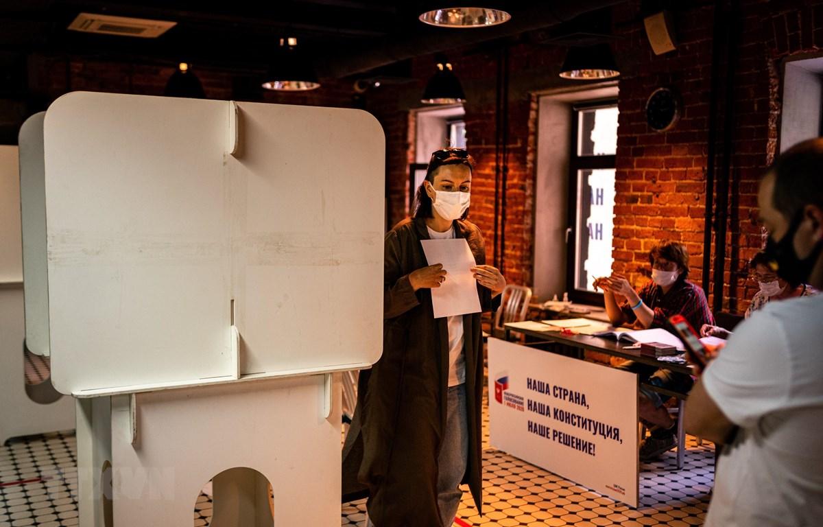Cử tri Nga bỏ phiếu tại một địa điểm bầu cử ở Moskva, Nga, ngày 1/7/2020. (Ảnh: AFP/TTXVN)