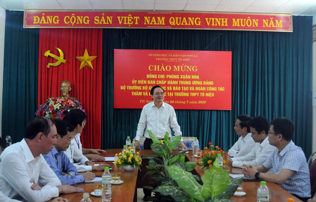 Bộ trưởng Bộ Giáo dục và Đào tạo Phùng Xuân Nhạ đến thăm và nói chuyện với Ban Giám hiệu trường THPT Tô Hiệu, thành phố Sơn La. (Ảnh: Hữu Quyết/TTXVN)