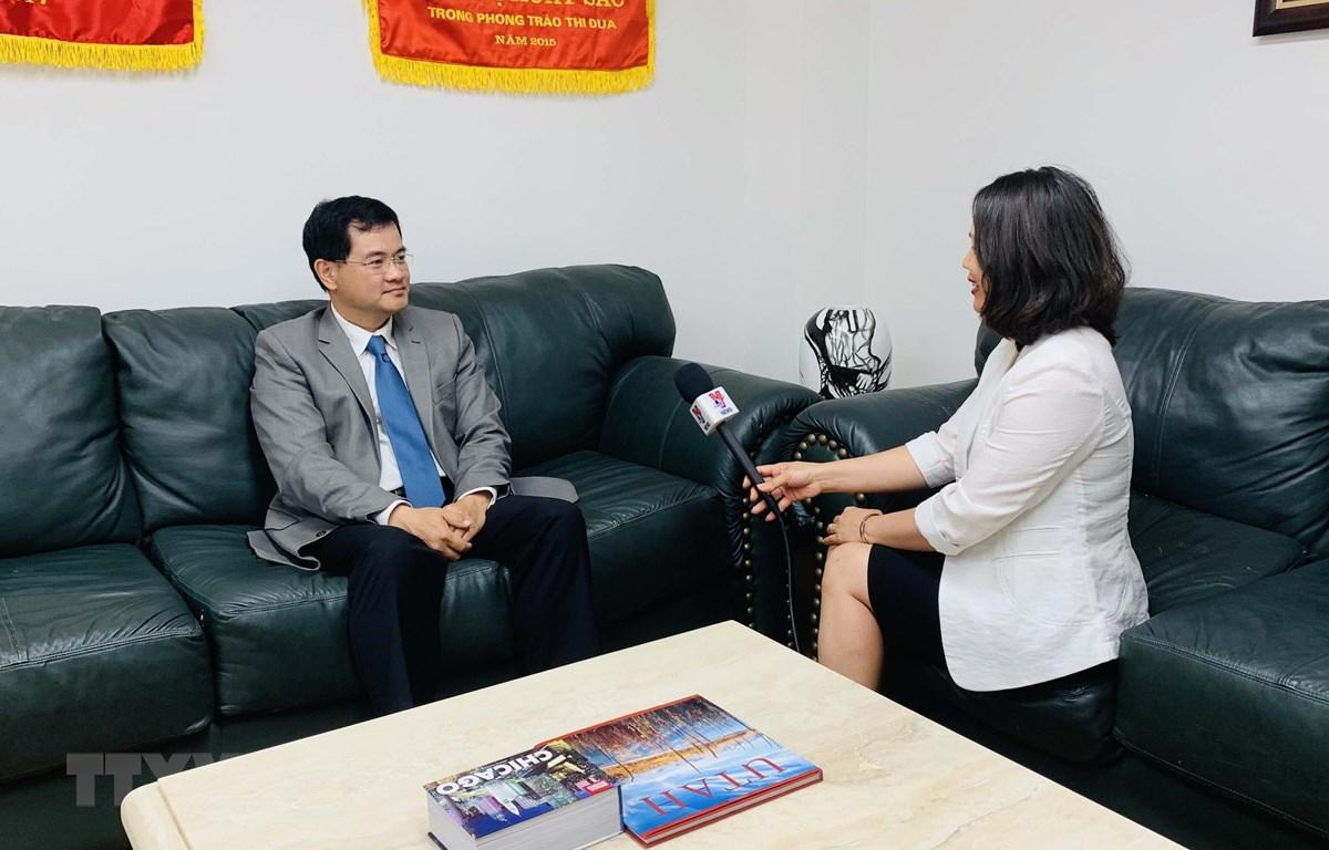 Ông Bùi Huy Sơn, Tham tán công sứ, Phụ trách Thương vụ Việt Nam tại Mỹ trả lời phỏng vấn phóng viên TTXVN tại Mỹ. (Ảnh: Ngọc Ánh/TTXVN)