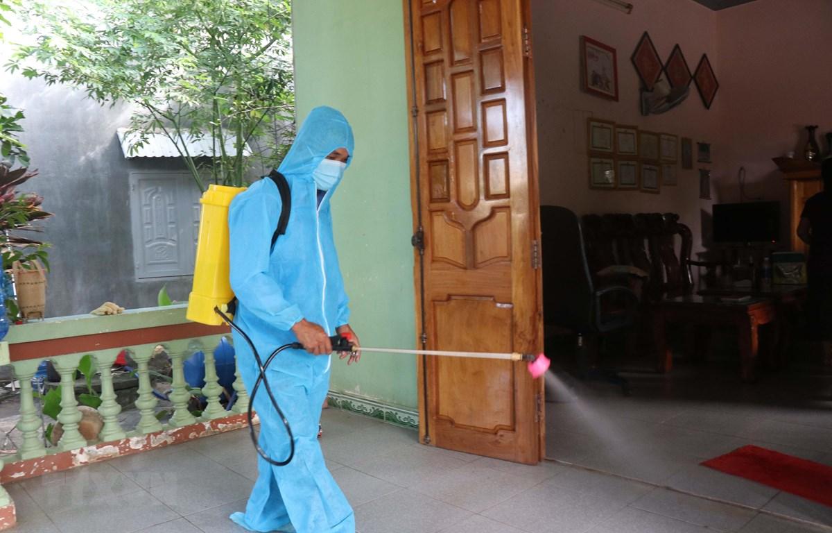 Nhân viên y tế tổ chức phun thuốc khử trùng tại buôn Diêo, xã Bông Krang, huyện Lắk, tỉnh Đắk Lắk. (Ảnh: Nguyễn Tuấn Anh/TTXVN)