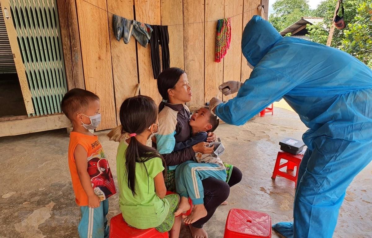 Nhân viên Y tế lấy mẫu xét nghiệm bạch hầu tại thôn 7, xã Cư Króa, huyện M'Đrắk. (Ảnh: TTXVN)