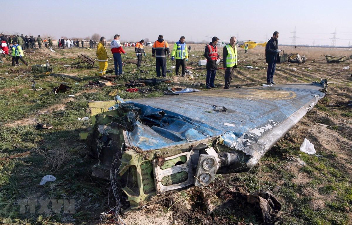 Hiện trường vụ rơi máy bay Boeing 737-800 của Hãng hàng không quốc tế Ukraine tại Tehran, Iran, ngày 8/1/2020. (Ảnh: AFP/TTXVN)
