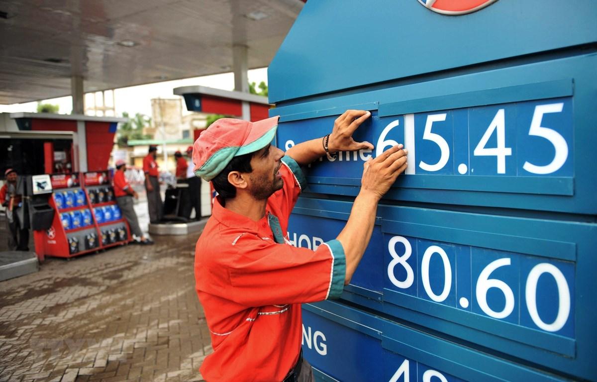 Niêm yết giá xăng dầu ở Karachi, Pakistan. (Ảnh: AFP/TTXVN)