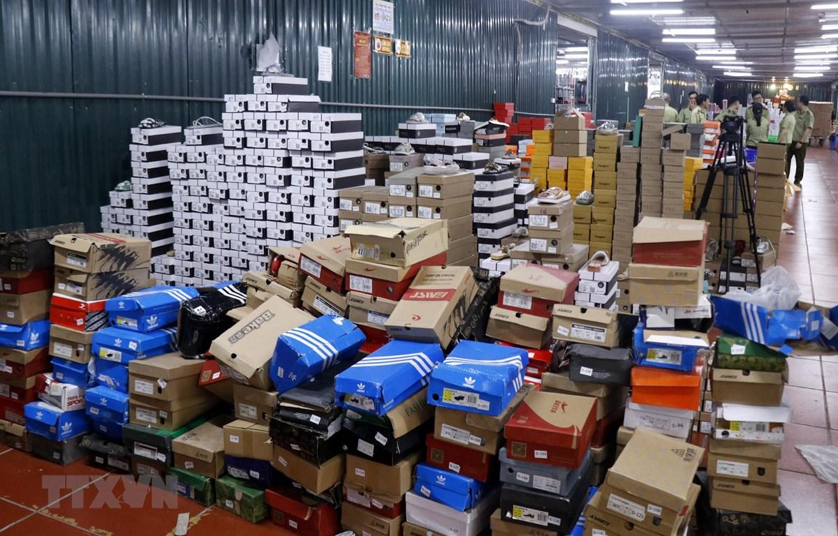 Hàng hóa tại kho chứa hàng lậu. (Ảnh: Quốc Khánh/TTXVN)