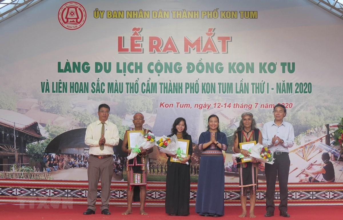 UBND tỉnh Kon Tum trao quyết định công nhận cho nhân dân làng du lịch cộng đồng Kon Kơ Tu. (Ảnh: Dư Toán/TTXVN)