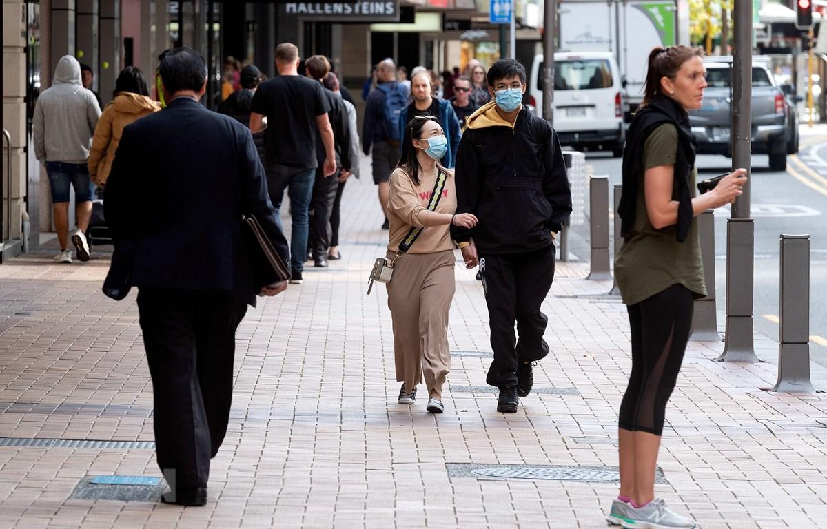 Người dân đi bộ trên phố ở Wellington, New Zealand ngày 14/5/2020. (Ảnh: AFP/TTXVN)