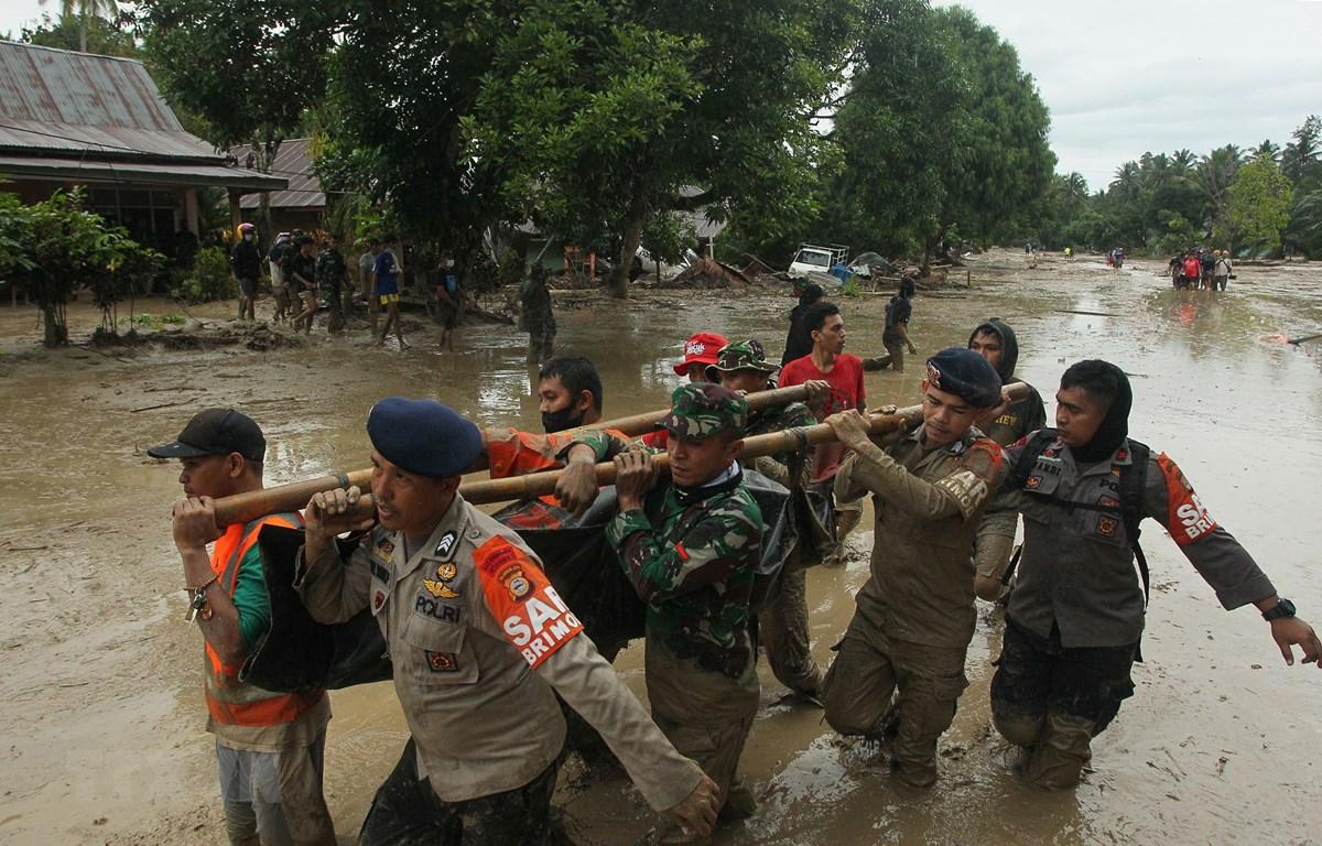 Nhân viên cứu hộ chuyển thi thể nạn nhân thiệt mạng trong trận lũ quét ở Radda, Nam Sulawesi, Indonesia, ngày 14/7/2020. (Ảnh: AFP/TTXVN)