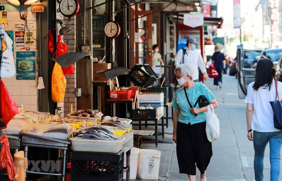 Một con phố mua sắm ở New York, Mỹ ngày 24/6/2020. (Ảnh: THX/TTXVN)