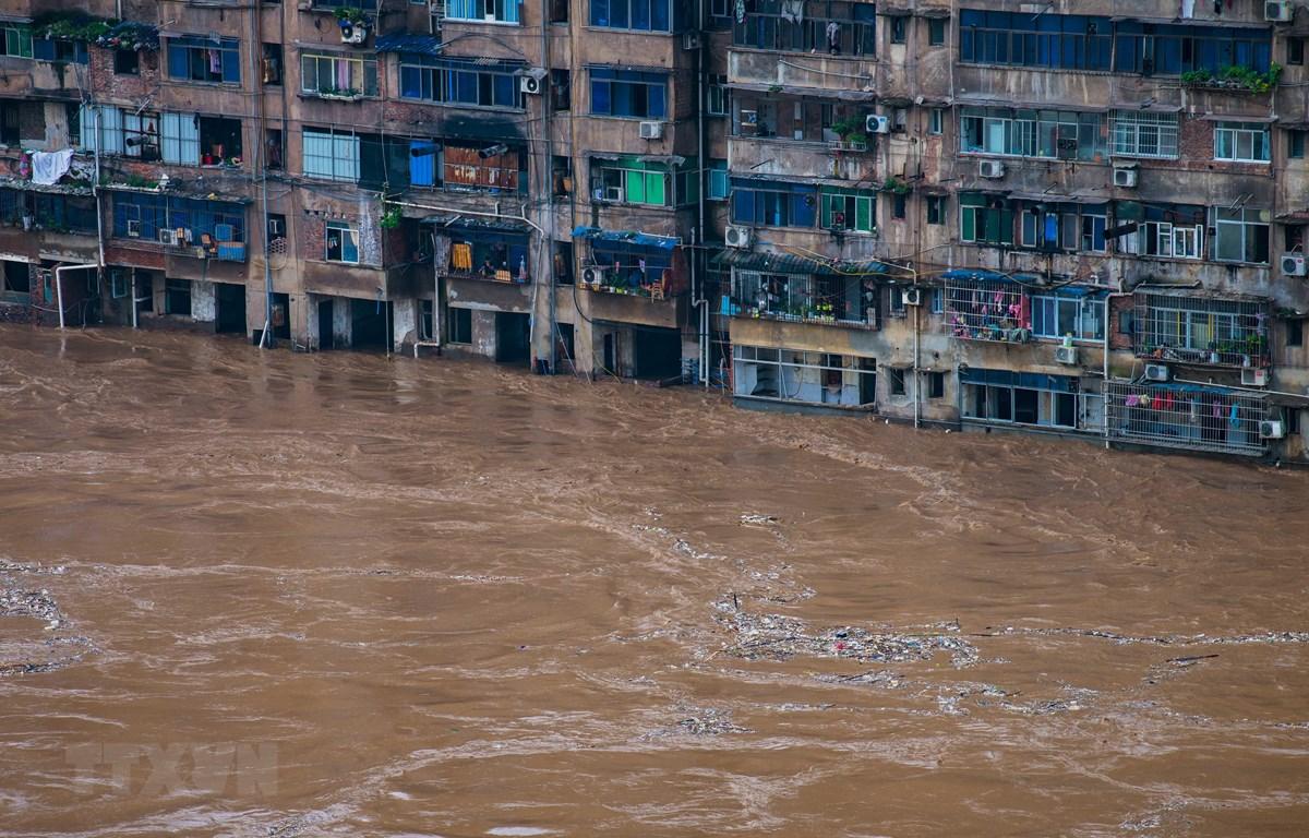 Cảnh ngập lụt sau mưa lớn tại Trùng Khánh, Tây Nam Trung Quốc, ngày 1/7/2020. (Ảnh: THX/TTXVN)