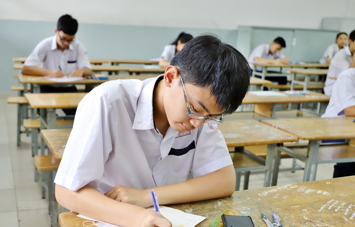Thí sinh làm bài thi môn Toán tại điểm thi Trường Trung học Cơ sở Trần Văn Ơn, quận 1. (Ảnh: Hồng Giang/TTXVN)