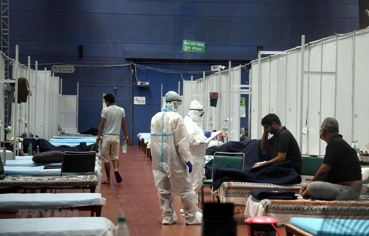 Bệnh nhân COVID-19 được điều trị tại bệnh viện dã chiến ở New Delhi, Ấn Độ, ngày 16/7/2020. (Ảnh: THX/TTXVN)