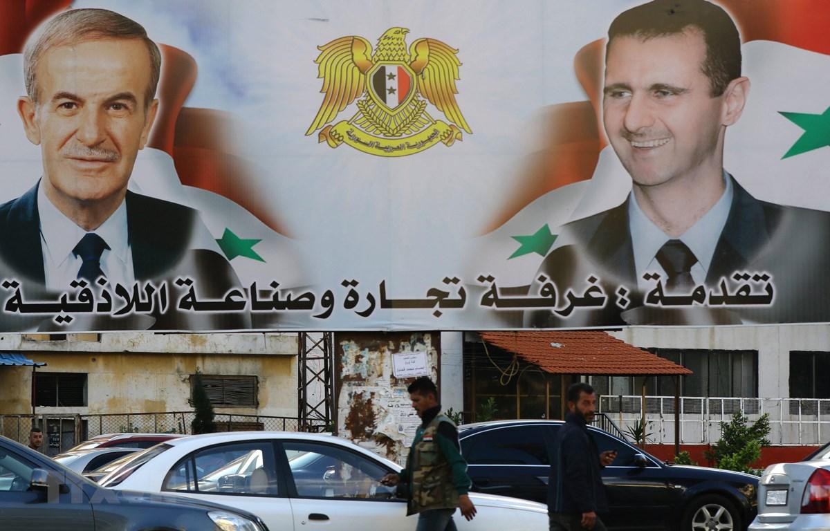 Các tấm áp phích tuyên truyền, vận động cho cuộc bầu cử Quốc hội được trưng bày tại thành phố Latakia, khu vực Alawite, Syria. (Ảnh: AFP/TTXVN)