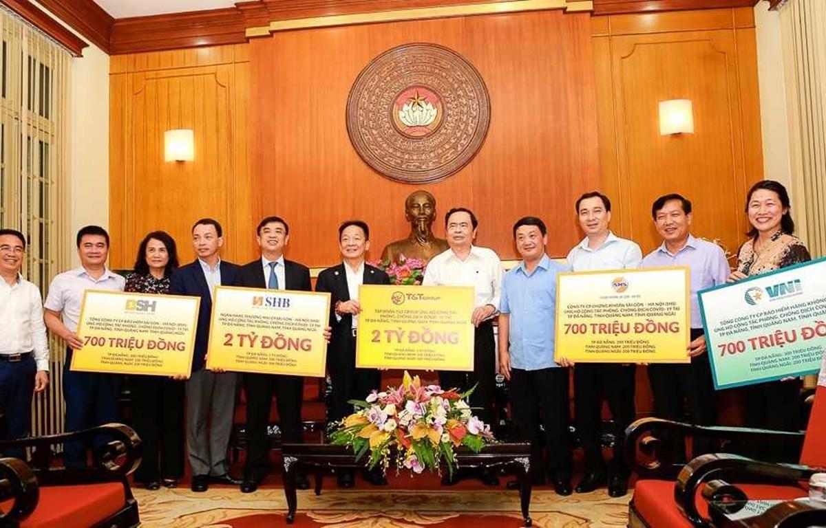 Các tập đoàn, doanh nghiệp ủng hộ 3 tỉnh miền Trung chống dịch COVID-19. (Ảnh: CTV/Vietnam+)