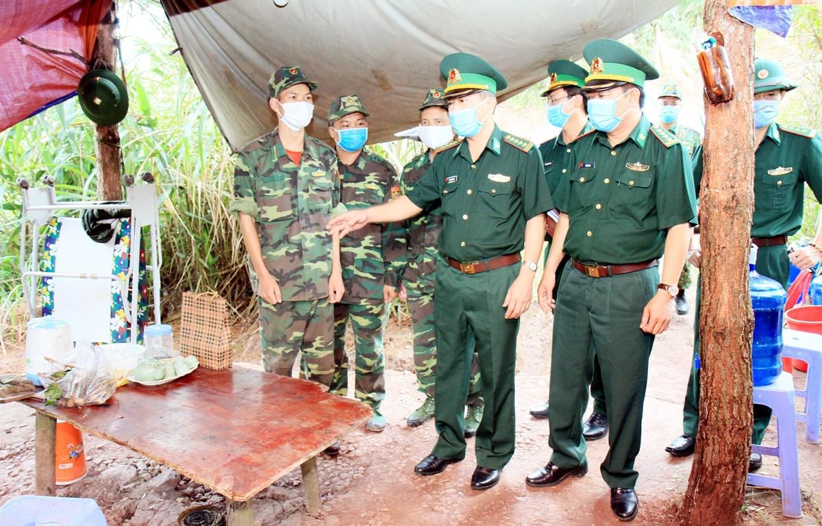 Đại tá Phan Thanh Long, Phó Cục trưởng Cục Phòng chống Ma túy và Tội phạm, Bộ Tư lệnh Bộ đội Biên phòng kiểm tra nơi ăn, ở của lực lượng chốt chặn trên biên giới. (Ảnh: Thái Thuần/TTXVN)