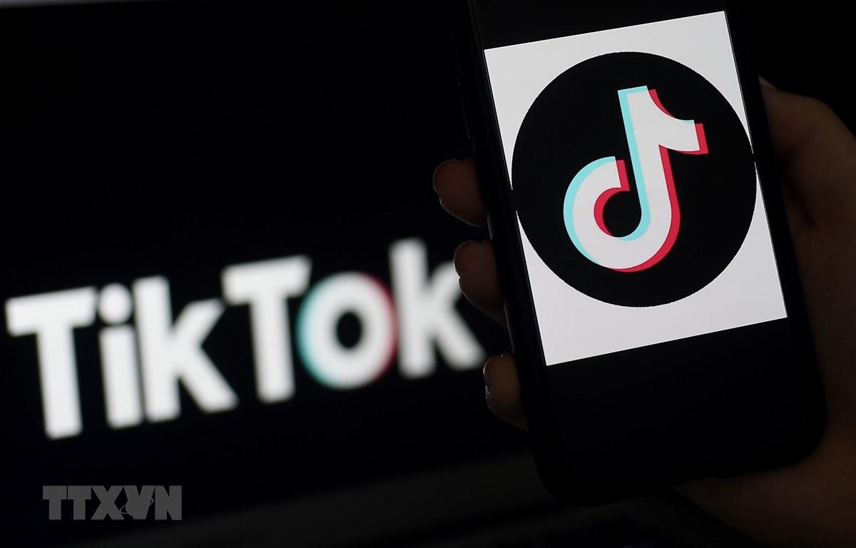 Biểu tượng ứng dụng truyền thông xã hội TikTok trên màn hình điện thoại tại Arlington, Virginia, Mỹ. (Ảnh: AFP/TTXVN)