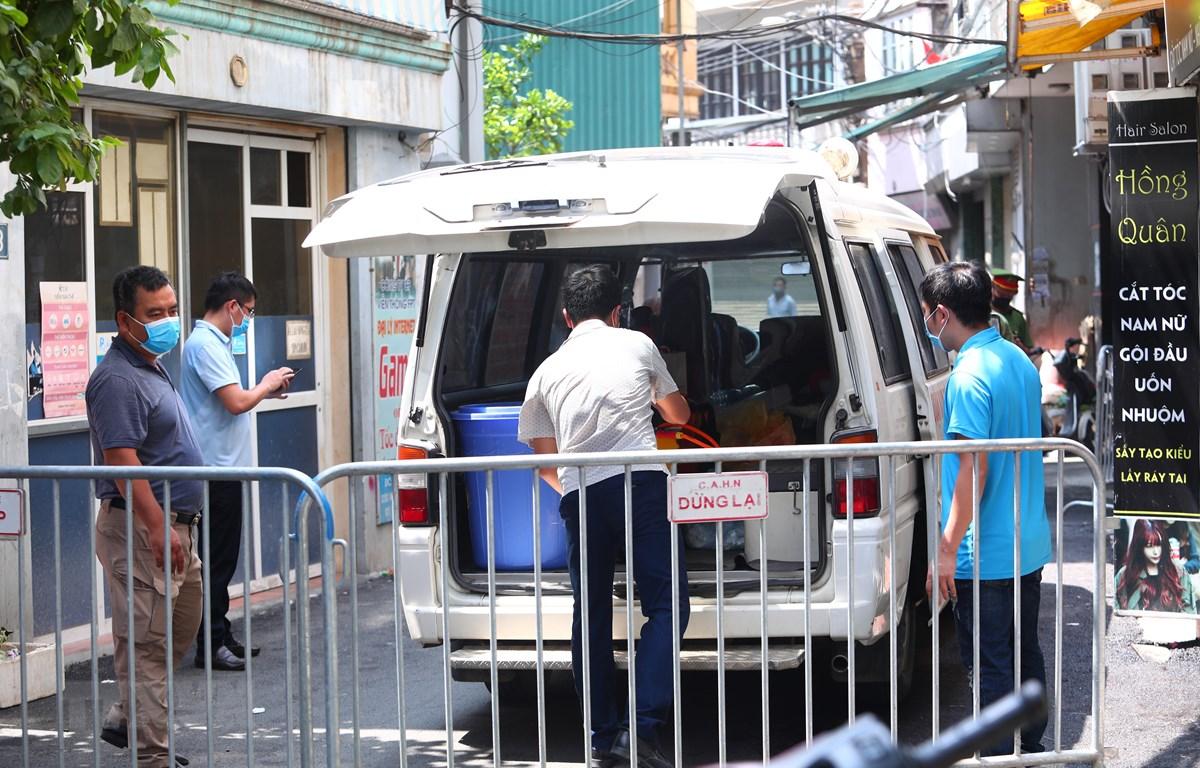 Lực lượng chức năng phong tỏa khu vực ngõ 230/26 Mễ Trì Thượng, Hà Nội - nơi có trường hợp nghi nhiễm COVID-19 đang sinh sống để phun thuốc khử khuẩn. (Ảnh: Lê Phú/TTXVN)