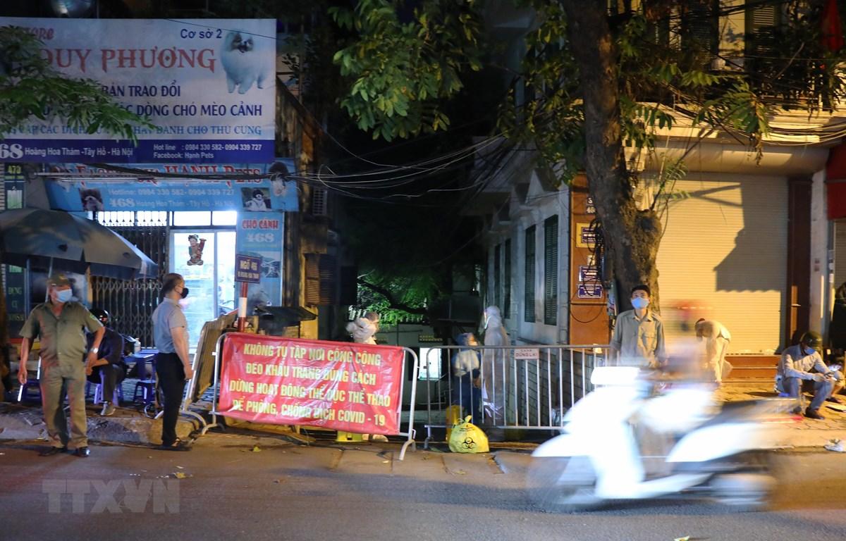 Lực lượng chức năng thành phố Hà Nội phong tỏa ngõ 466 Hoàng Hoa Thám. Hà Nội. (Ảnh: Lâm Khánh/TTXVN)