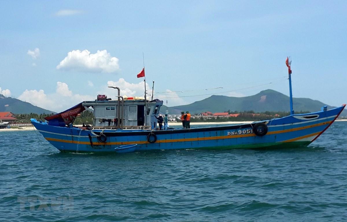 Tàu cá ĐNa 90511 bị phát hiện đưa người đi trốn dịch trái phép. (Ảnh: TTXVN)