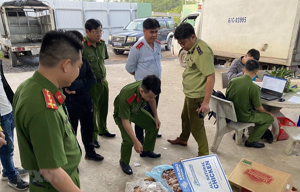 Lực lượng chức năng kiểm tra thực phẩm tại Công ty TNHH thực phẩm Khánh Huy. (Ảnh: Nguyễn Văn Việt/TTXVN)