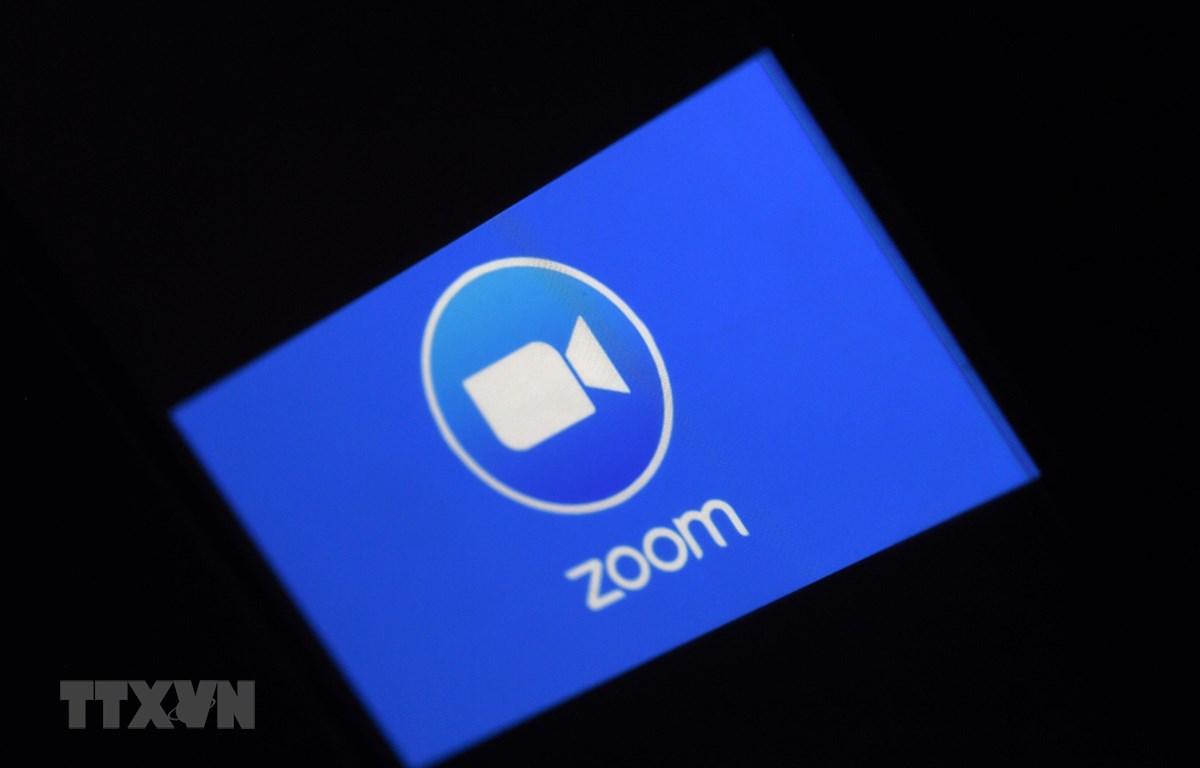 Biểu tượng ứng dụng họp trực tuyến Zoom trên màn hình điện thoại di động tại Arlington, Virginia, Mỹ. (Ảnh: AFP/ TTXVN)