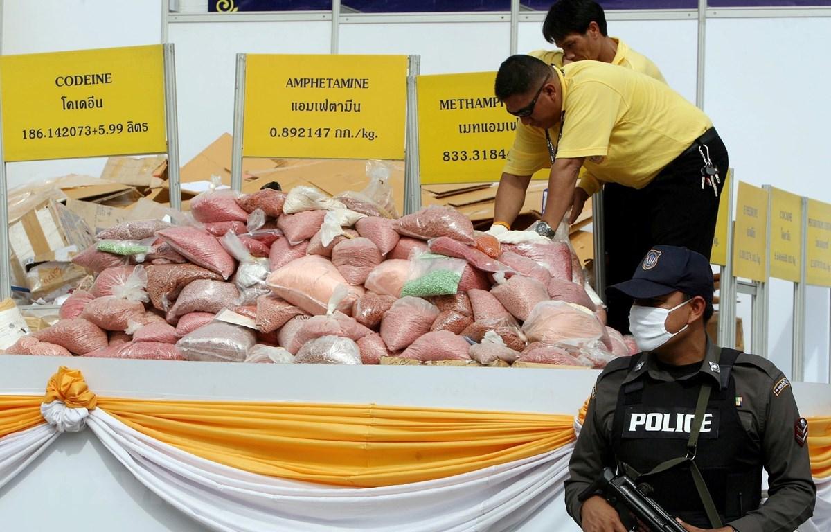 Cảnh sát trưng bày số ma túy thu giữ tại tỉnh Ayutthaya, cách thủ đô Bangkok của Thai Lan 80km về phía bắc. (Ảnh: AFP/ TTXVN)