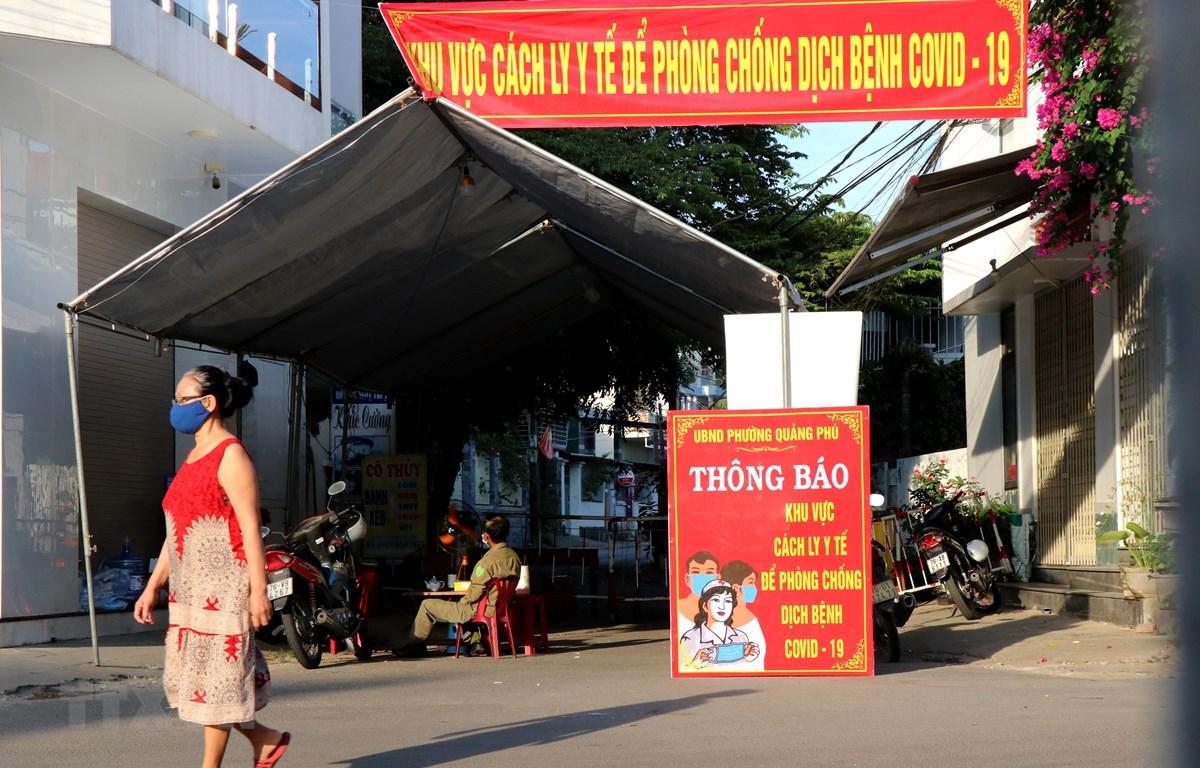 Khu vực cách ly y tế phòng chống COVID-19 tại tổ 9, phường Quảng Phú, thành phố Quảng Ngãi, nơi bệnh nhân 419 sinh sống. (Ảnh: Lê Ngọc Phước/TTXVN)