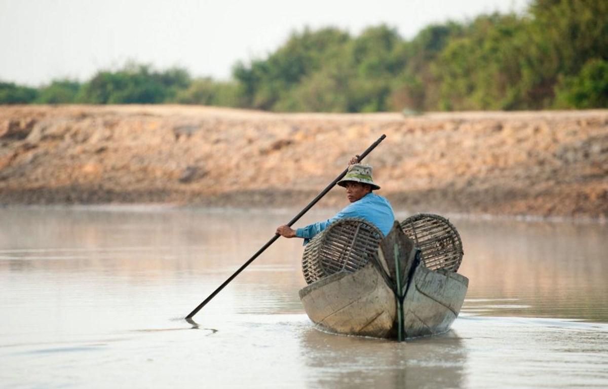 Ngư dân bắt cá trên Biển Hồ Tonle Sap, Campuchia. (Nguồn: thethirdpole.net)